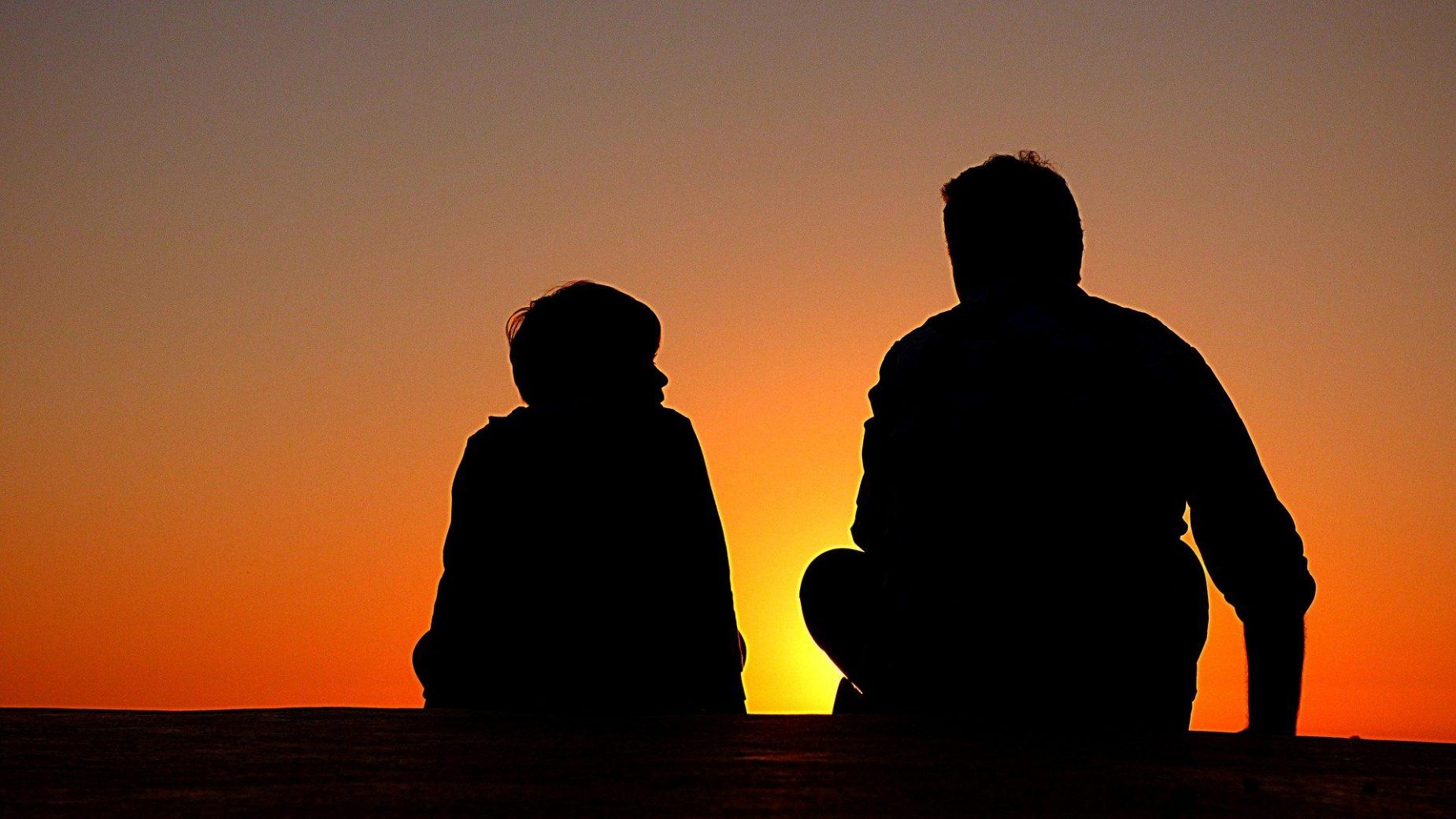 pere et fils silhouette 1082129 1920 - 18 simples conseils bons à suivre pour les plus jeunes