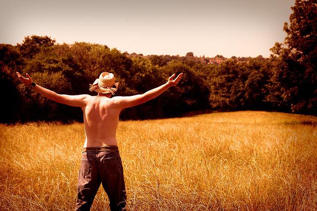 Homme dans un champ