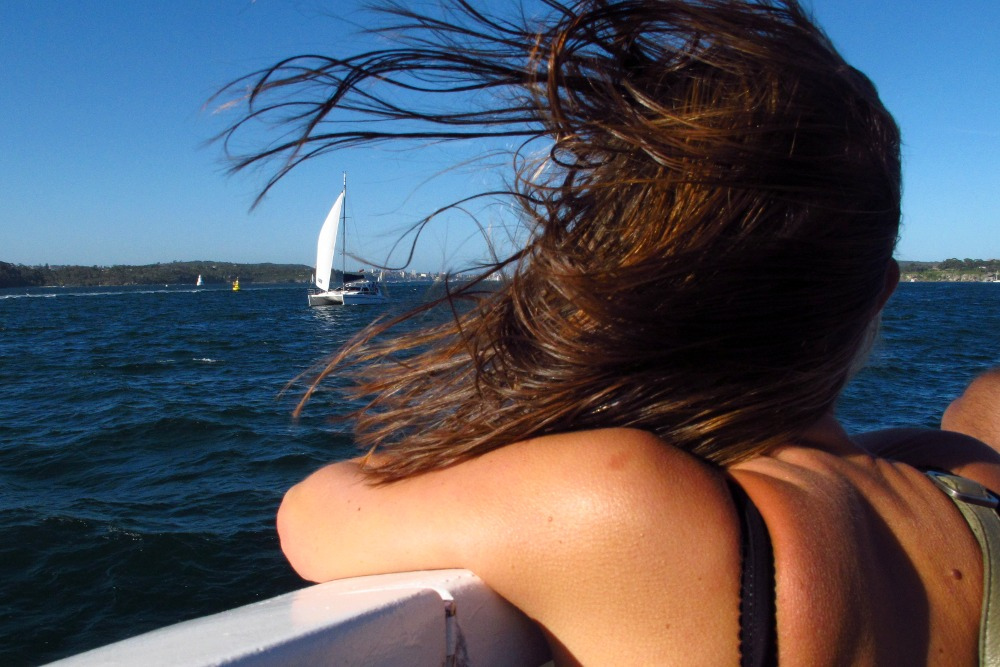 05 juillet young girl hair wind1 - 7 façons heureuses de penser