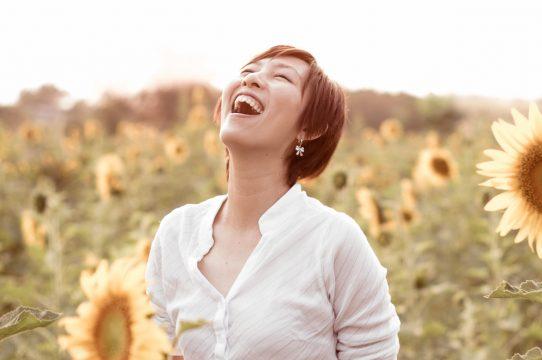 Happy woman 542x360 - Confiance en soi : les 5 astuces révélées